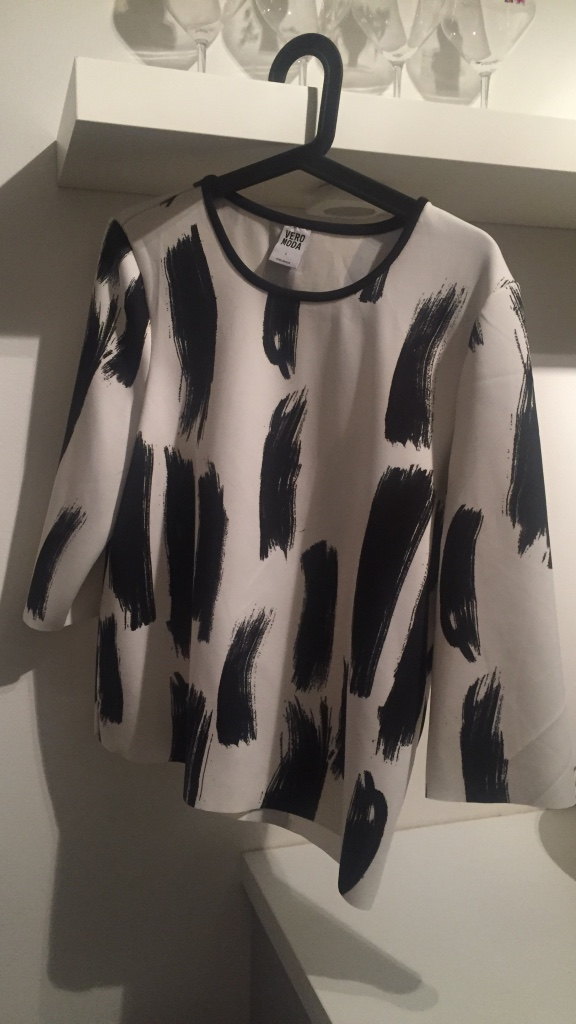 white and black scoop neck long sleeve shirt