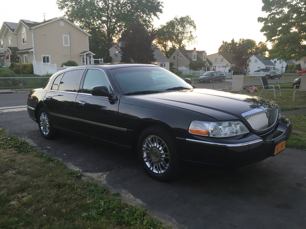 letgo 2006 lincoln town car executive l in levittown ny. Black Bedroom Furniture Sets. Home Design Ideas