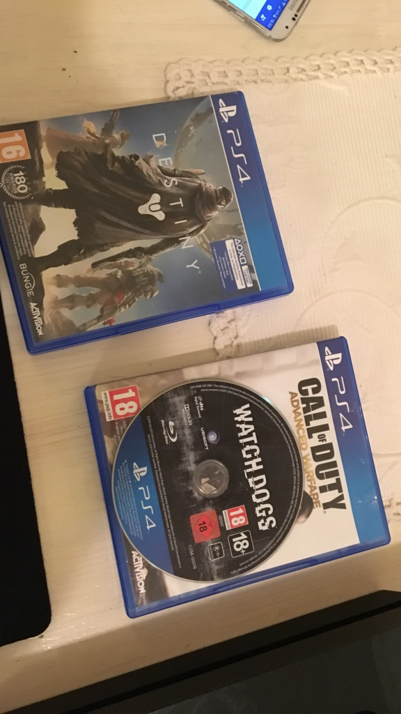 3 PS4 spill. Watch dogs, cod aw og destiny. Watch dogs har ikke cover