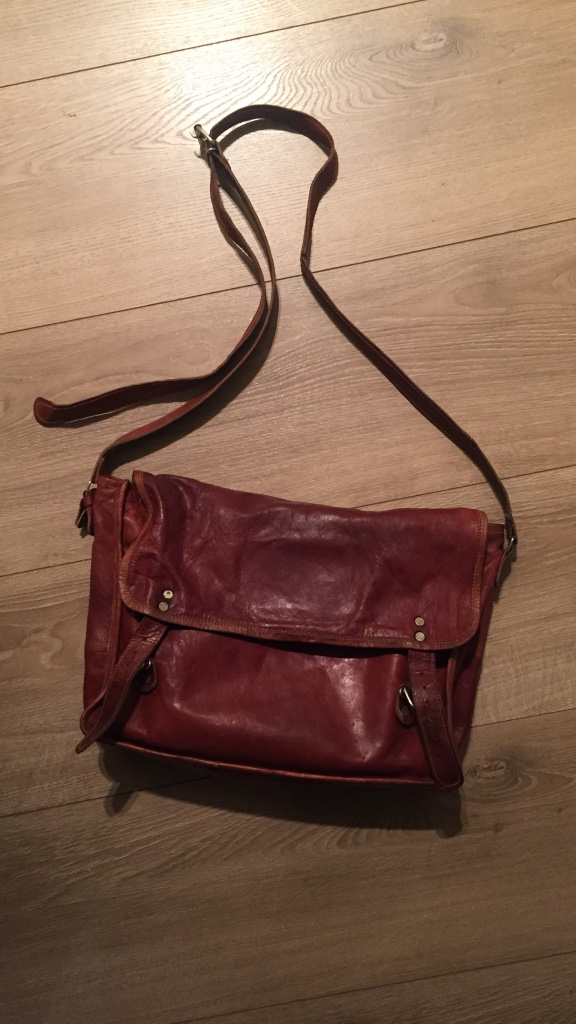 brunt skinn crossbody bag