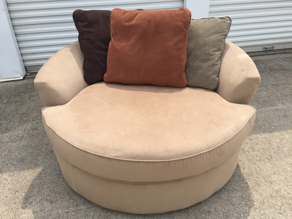 Letgo Round Swivel Chair With Pillows In Town Center Nj