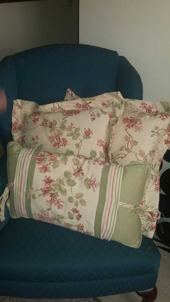 letgo - gently used throw pillows in Lexington, KY