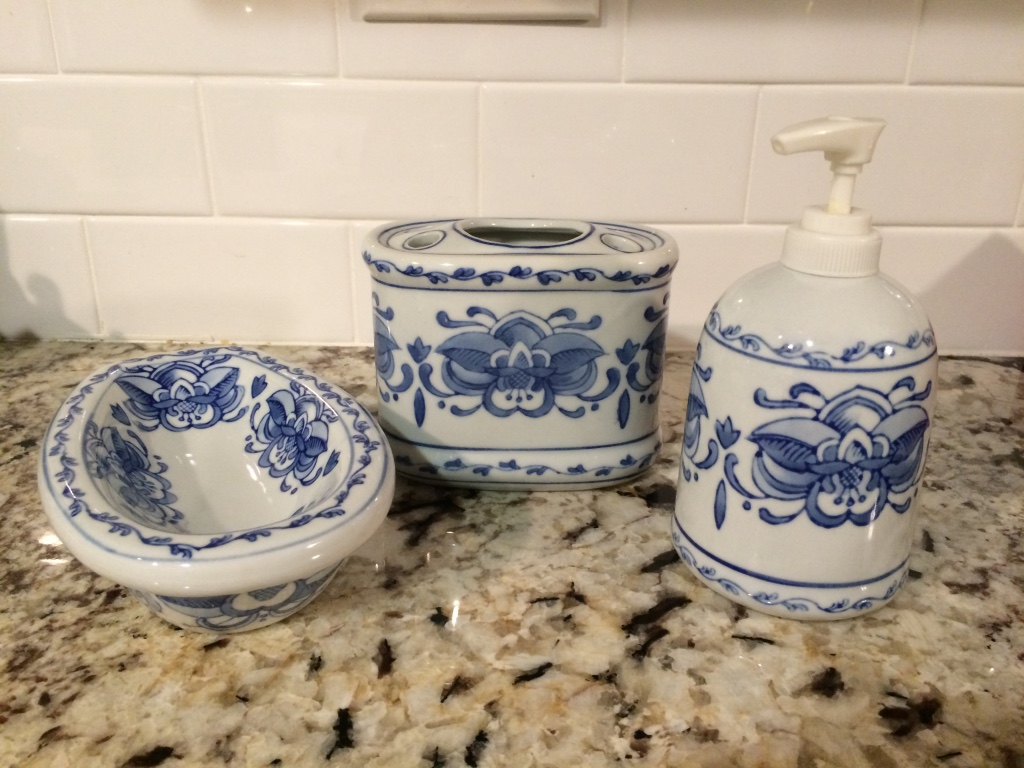 Letgo blue and white bathroom accessories in atwood ca for Blue white bathroom accessories