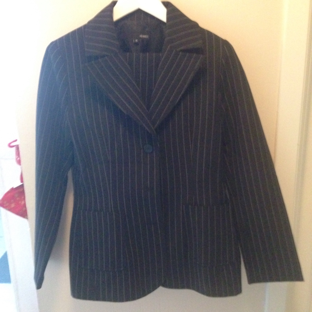 svart og grå pin stripe coat