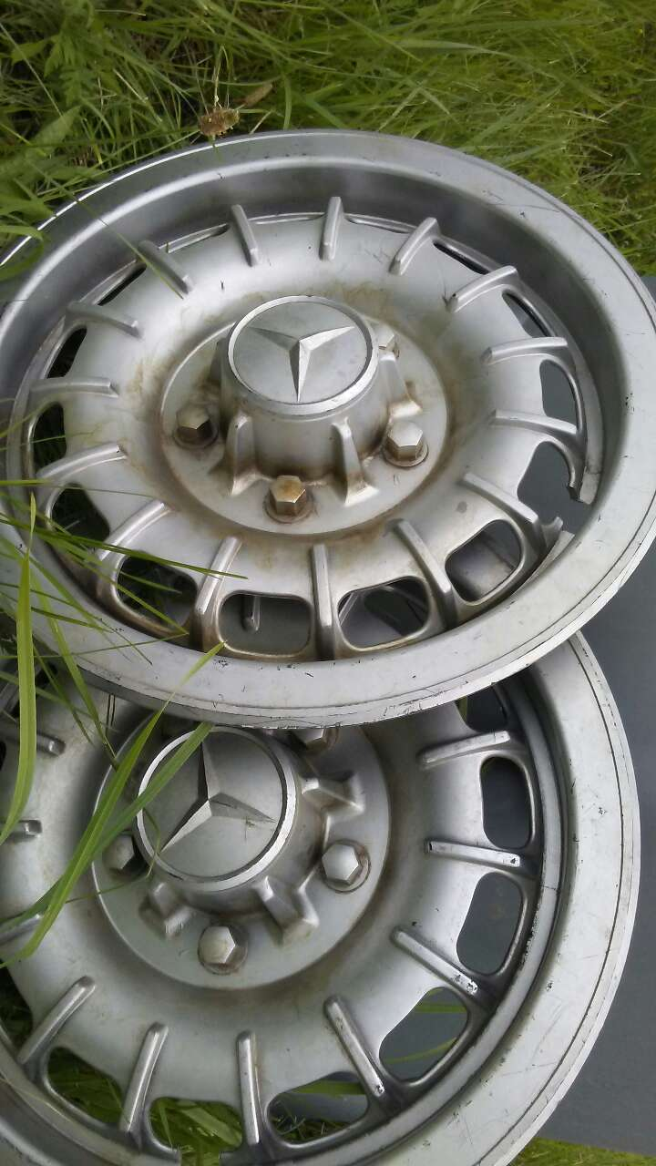 Letgo chrome mercedes benz hubcap in beech grove in for Mercedes benz hubcaps